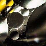 Вода и масло, красивая предпосылка конспекта цвета основанная на белых желтых и серых кругах и овалах, абстракции макроса Стоковая Фотография RF
