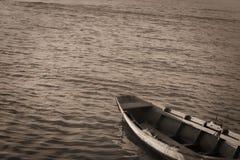 Вода и шлюпка символизируют путешествие жизни стоковые изображения rf