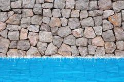вода каменной стены бассеина Стоковая Фотография