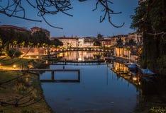 Вода канала darsena Милана на голубом часе стоковое фото