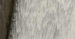 Вода каскадируя вниз с водосброса запруды акции видеоматериалы