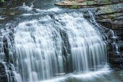 Вода каскадируя над утесами Стоковая Фотография RF