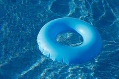 вода кольца бассеина голубого ясного кристалла плавая Стоковое Изображение