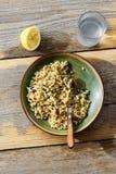 Вода лимона деревянного стола зеленых горохов кускус ячменя жемчуга стеклянная Стоковое Изображение RF