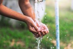 вода лить в ребенке faucet в наличии стоковое фото rf
