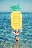 Вода Мальдивов или Miami Beach Девушка загорая на пляже с тюфяком воздуха Сексуальная женщина на карибском море в Багамских остро стоковые изображения rf