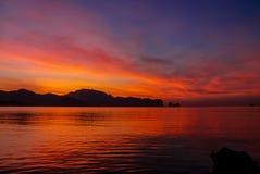 Вода отражения захода солнца красная фиолетовая светлая на море стоковая фотография
