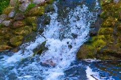 Вода падая против утесов и брызгать стоковое изображение rf