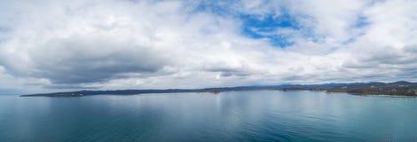 Вода панорамы Minimalistic воздушная только, заплата земли, и небеса Стоковое Фото