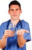 вода пилюльки удерживания доктора стеклянная Стоковое фото RF