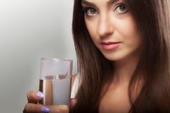 Вода питья Питьевая вода маленькой девочки от стекла Ежедневное wat Стоковые Фотографии RF