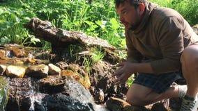 Вода питья чисто от руки ` s человека реки горы поглощена чисто водой от реки горы акции видеоматериалы