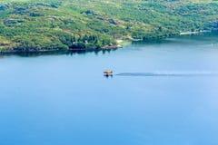Вода пожарного плоская собирая на озере для того чтобы положить вне лесной пожар Стоковые Изображения