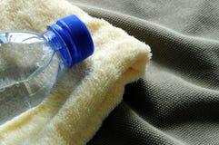 вода полотенца бутылки Стоковое Изображение
