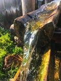 Вода приходя вниз в деревянный журнал Стоковая Фотография RF