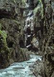 Вода пропускает через ущелье на Partnachklamm, Германии Стоковые Фотографии RF