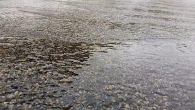 Вода пропуская на дороге сток-видео