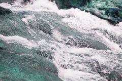 вода пропуская на утесе в заводи горы естественный ландшафт st Стоковое Изображение