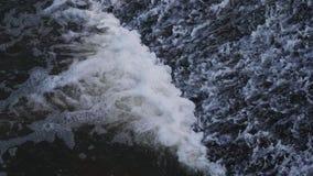 Вода пропуская через запруду сток-видео