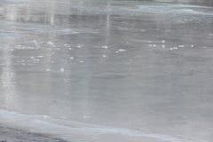 Вода пропуская через плавя поверхность льда реки Стоковые Фотографии RF