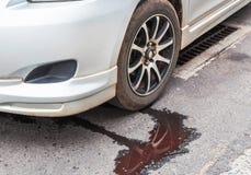 Вода протекая от радиатора автомобиля стоковое изображение rf