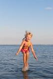 вода ребенка скача стоковое изображение rf