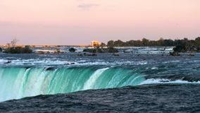 Вода спеша над падениями подковы, Ниагарский Водопад, Онтарио, Канада Заход солнца акции видеоматериалы