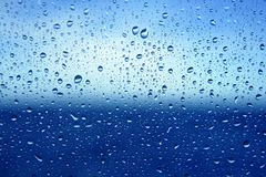 вода стекла dropsoin абстрактной предпосылки голубая Стоковое Фото