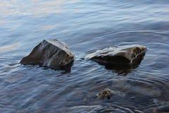 Вода струясь утес вокруг 2 стоковая фотография rf