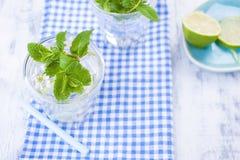 Вода с мятой и льдом в стекле освежения летом стоковая фотография
