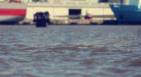 вода таза гавани с квартирой развевает и грузит на доке - солнечном винтажном светлом настроении - перемещение и морская концепци стоковая фотография