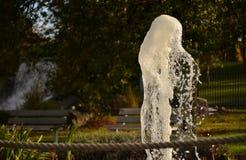 Вода танцев от фонтана голодает выдержка затвора стоковое изображение