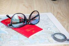 вода трапа принципиальной схемы шлюпки биноклей предпосылки приключения Солнечные очки и пасспорты на карте Стоковые Фотографии RF