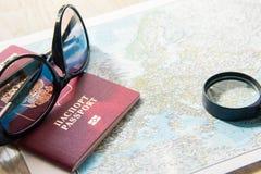 вода трапа принципиальной схемы шлюпки биноклей предпосылки приключения Солнечные очки, лупа и чужой пасспорт на карте Стоковые Фото