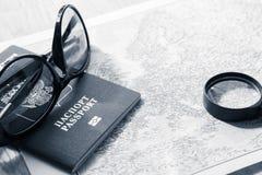 вода трапа принципиальной схемы шлюпки биноклей предпосылки приключения Солнечные очки и пасспорты на карте Пекин, фото Китая све Стоковое Изображение