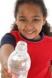 вода удерживания девушки бутылки стоковые изображения