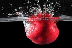 вода упаденная яблоком красная Стоковые Изображения RF
