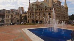 Вода фонтана выпуская струю течет на квадрате Европы в Батуми Georgia, ориентир ориентире сток-видео