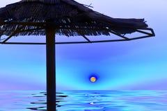Вода фото искусства фантазии, море, луна над водой и силуэт зонтика от соломы Стоковые Фото