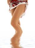 вода шнурка девушки платья стоковые фото