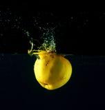 вода яблока падая Стоковое Изображение