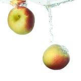 вода 2 яблок падая Стоковые Изображения