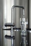 вода faucet стеклянная самомоднейшая стоковое изображение