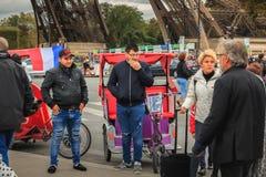 Водители рикши ждут клиентов рядом с Эйфелева башней стоковое фото rf