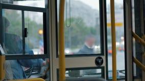 Водитель автобуса женщины на работе сток-видео