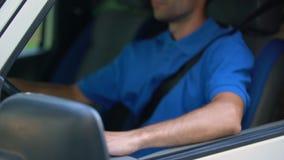 Водитель автомобиля показывая ключ, приобретение и ренту автомобиля перехода, испытани-привода акции видеоматериалы