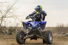 Водитель велосипеда квада ATV в действии Поворачивающ тренировать на высокой скорости Стоковая Фотография RF