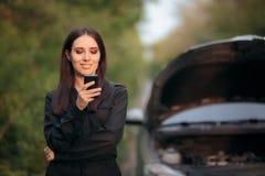 Водитель вызывая страховую компанию после нервного расстройства автомобиля на дороге Стоковая Фотография