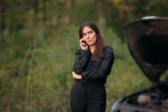 Водитель вызывая страховую компанию после нервного расстройства автомобиля на дороге Стоковое Фото