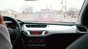 Водитель в ее автомобиле, вид сзади молодой женщины сток-видео